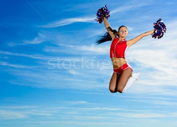 Jonge cheerleader Rood kostuum springen blauwe hemel Stockfoto © adam121