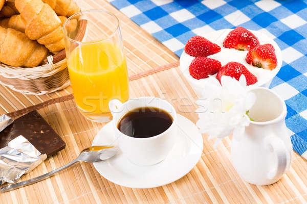 Pequeno-almoço continental café morango creme croissant fruto Foto stock © adam121