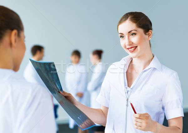 Arts praten collega samenwerking geneeskunde vrouw Stockfoto © adam121
