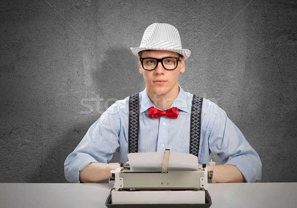 Człowiek pisarz młody człowiek wpisując maszyny czeka Zdjęcia stock © adam121