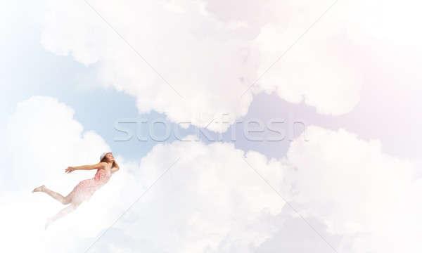 Jonge gratis jonge vrouw vliegen hoog blauwe hemel Stockfoto © adam121