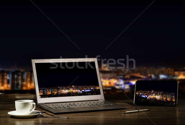 Foto stock: Laptop · comprimido · local · de · trabalho · empresário · noite · cidade