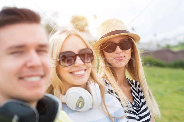 Gondtalan nyáridő három fiatal boldog emberek ül Stock fotó © adam121
