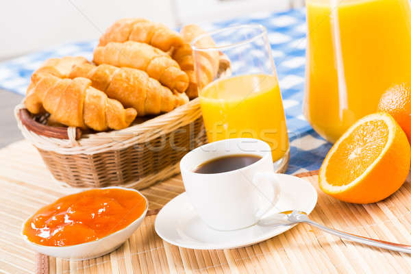 Pequeno-almoço continental café suco de laranja croissants natureza morta fruto Foto stock © adam121