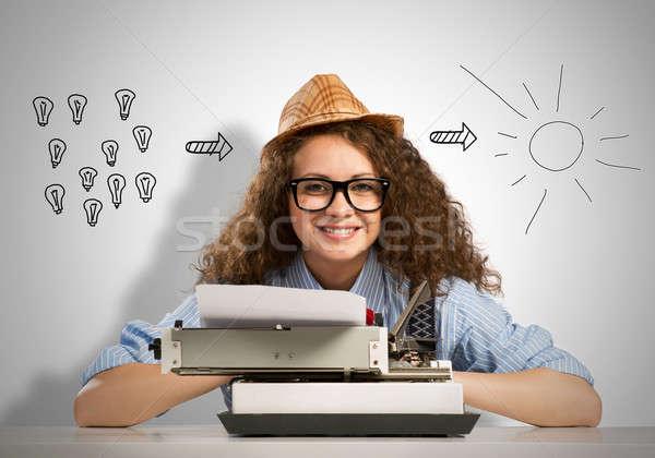 Frau Schriftsteller jungen hübsche Frau eingeben Maschine Stock foto © adam121