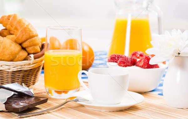 Kontinentális reggeli narancslé croissantok eprek csendélet kávé Stock fotó © adam121