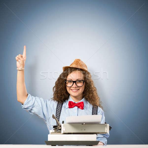 Femme écrivain image jeune femme table machine à écrire Photo stock © adam121