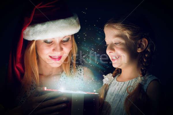 Anya lánygyermek kinyitott doboz ajándék mikulás Stock fotó © adam121