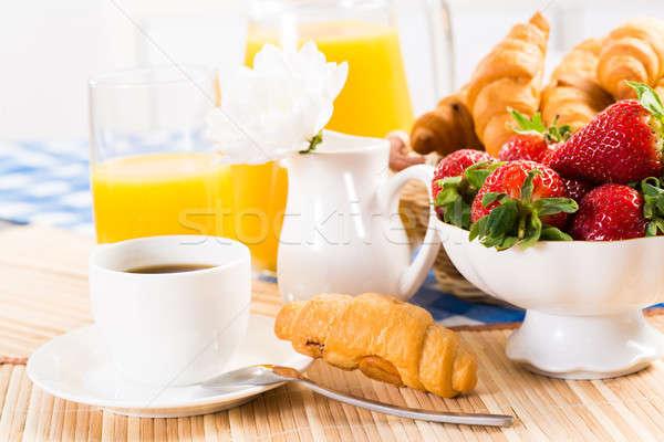 Pequeno-almoço continental café morango croissant suco fruto Foto stock © adam121