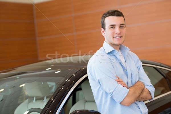 Man permanente auto toonzaal gebouw Stockfoto © adam121