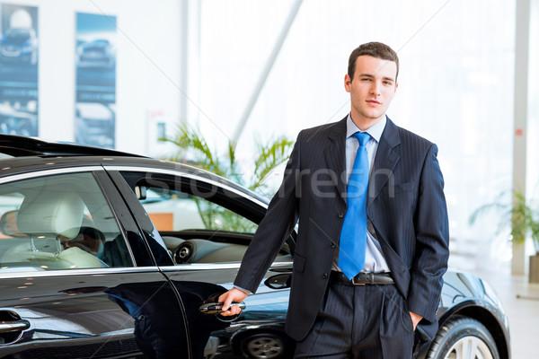 Sprzedawca showroom jeden strony samochodu Zdjęcia stock © adam121
