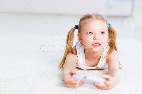 Nina jugando juego consolar feliz nino Foto stock © adam121