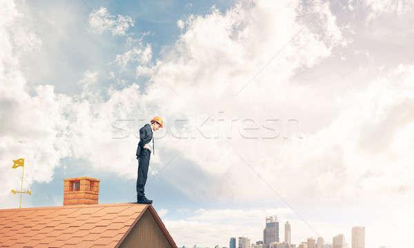 Zakenman naar beneden te kijken dak moderne stadsgezicht jonge Stockfoto © adam121