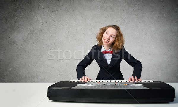 Loco mujer jugar piano funny loco Foto stock © adam121