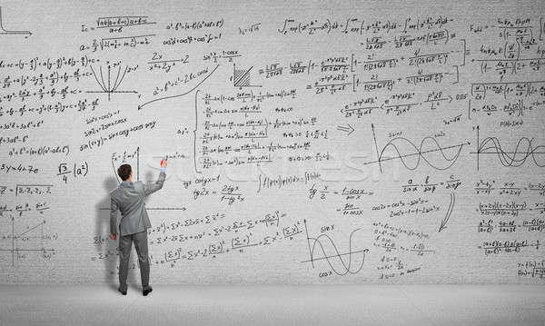 Man trekken wetenschap formules achteraanzicht student Stockfoto © adam121