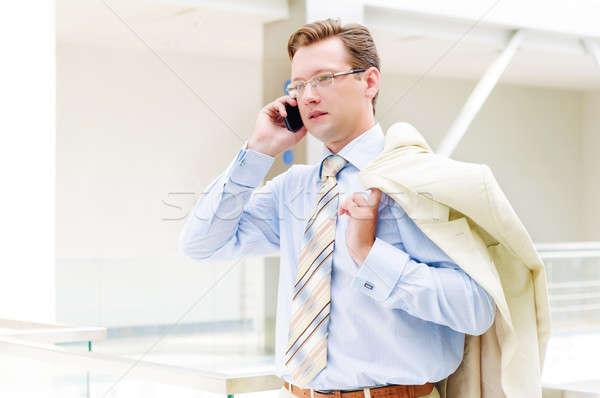 Zâmbitor om de afaceri vorbesc telefon mobil afaceri mâini Imagine de stoc © adam121