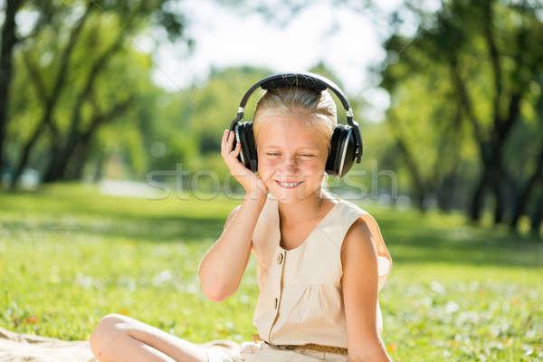 Lány élvezi zene aranyos visel fejhallgató Stock fotó © adam121