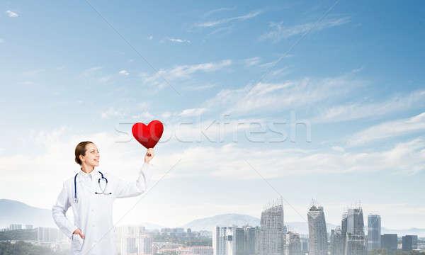 Sprawdzić serca młoda kobieta lekarza miasta Zdjęcia stock © adam121