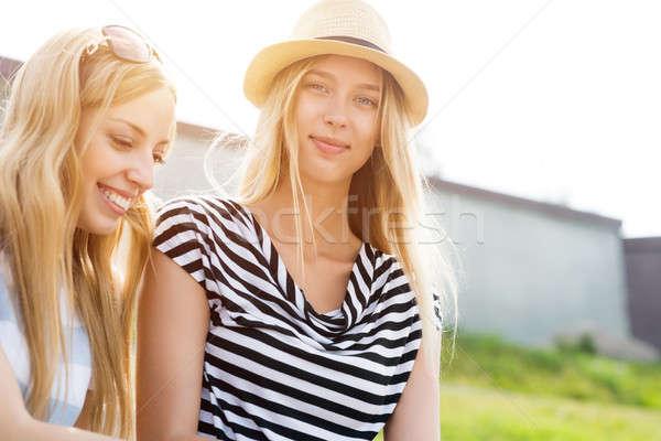 Summertime wraz dwa młodych kobiet znajomych Zdjęcia stock © adam121