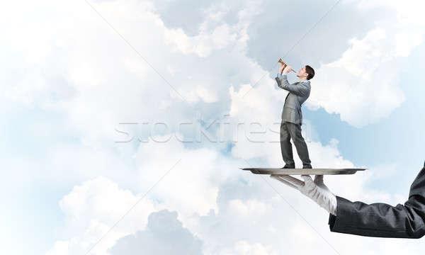 Zakenman metaal dienblad spelen blauwe hemel hand Stockfoto © adam121