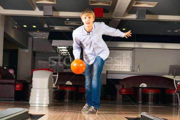 Genç oynama bowling adam top izlerken Stok fotoğraf © adam121