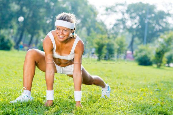 Nő park fiatal fitnessz lány nyújtás Stock fotó © adam121