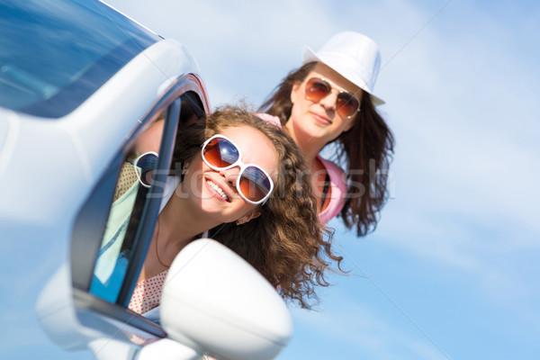 Jonge aantrekkelijke vrouw zonnebril uit auto venster Stockfoto © adam121