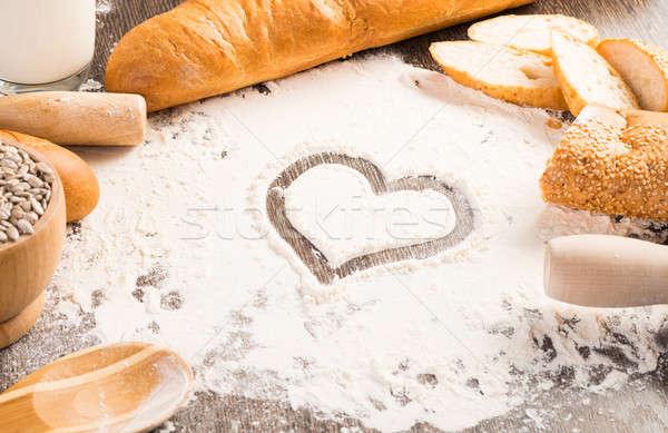 Un beyaz ekmek kalp simge ahşap yüzey Stok fotoğraf © adam121