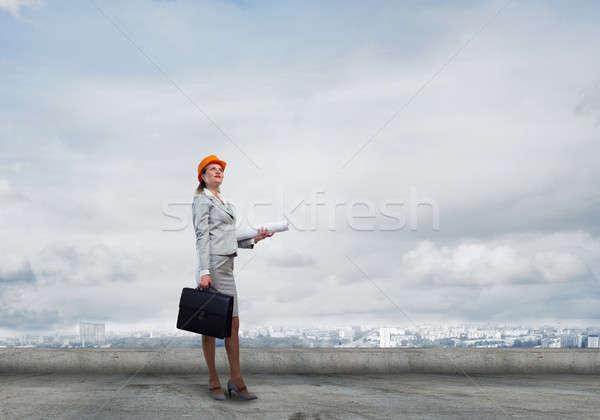 Vrouwelijke ingenieur jonge vrouw architect veiligheidshelm Stockfoto © adam121