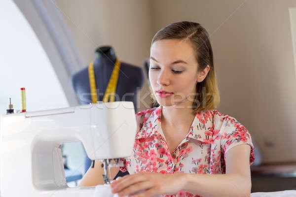 Werk jonge aantrekkelijk studio werken naaimachine Stockfoto © adam121