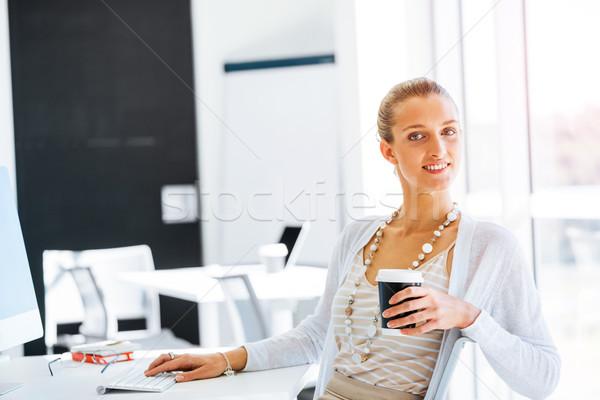 Elegante trabalhador de escritório atraente mulher jovem sessão secretária Foto stock © adam121