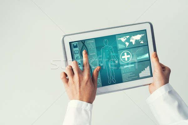 Sluiten vrouwelijke arts handen werken Stockfoto © adam121