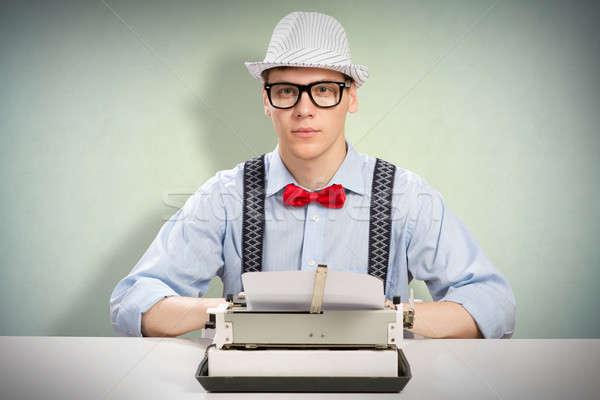 Giovani giornalista immagine seduta tavola macchina da scrivere Foto d'archivio © adam121