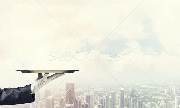 Hand presenteren metaal lege dienblad moderne Stockfoto © adam121