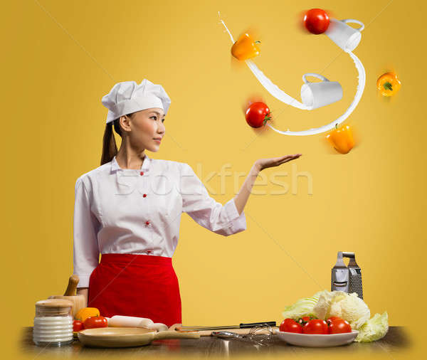 Asian vrouw chef jongleren groenten een Stockfoto © adam121