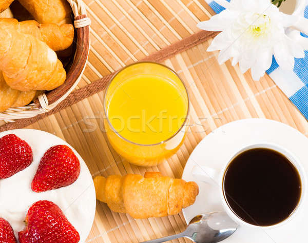 Kontinentális reggeli kávé eper krém croissant dzsúz Stock fotó © adam121
