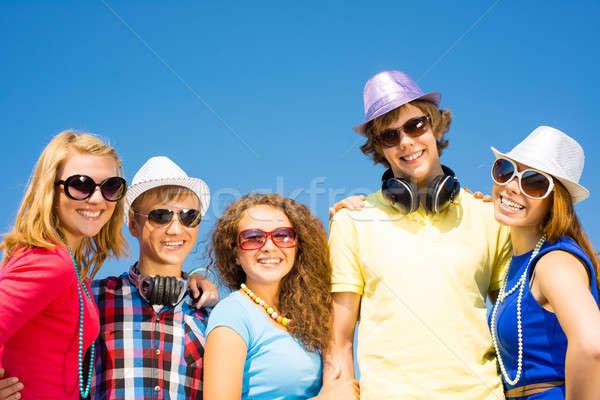 Photo stock: Groupe · jeunes · lunettes · de · soleil · chapeau