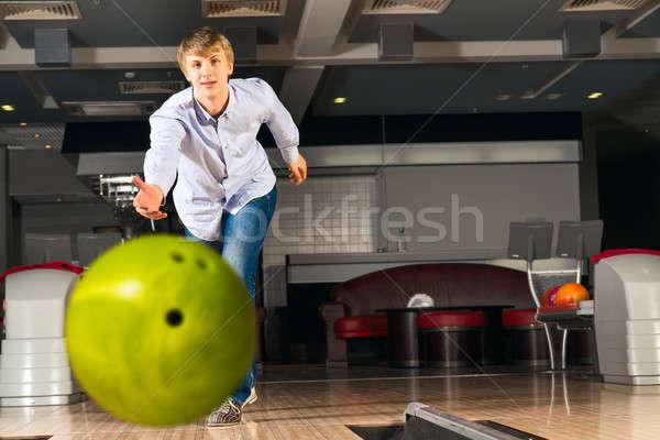 молодым человеком играет боулинг парень мяча смотрят Сток-фото © adam121