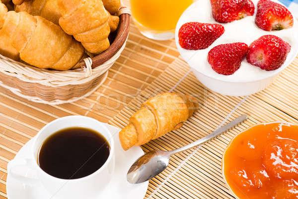 Colazione continentale caffè fragola crema cornetto frutta Foto d'archivio © adam121