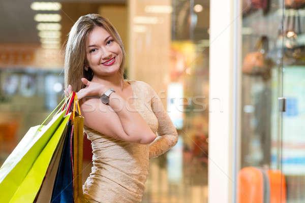 Porträt schöne Frau Warenkorb Zentrum halten Einkaufstaschen Stock foto © adam121