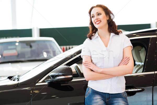 Portret jonge vrouw borst auto toonzaal Stockfoto © adam121