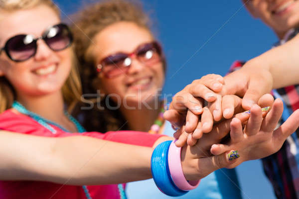 Teamwerk groep vrienden armen gevouwen kolom Stockfoto © adam121