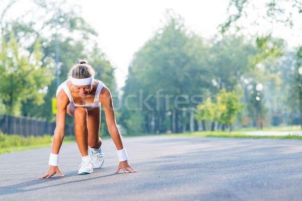 Atleta começar mulher jovem corredor ao ar livre em pé Foto stock © adam121