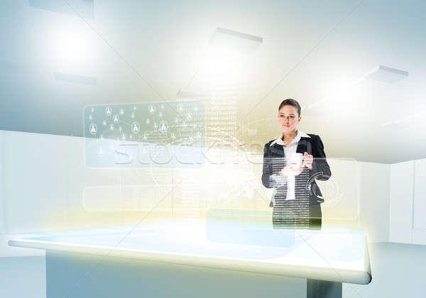 Innovador mujer de negocios mirando los medios de comunicación Foto stock © adam121