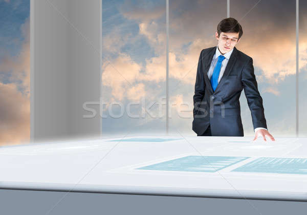 инновационный молодые бизнесмен глядя голограмма Сток-фото © adam121
