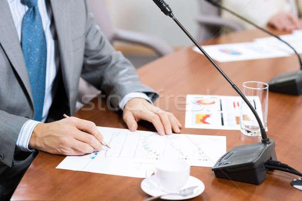 Biznesmen piśmie papieru zauważa tabeli kubek Zdjęcia stock © adam121
