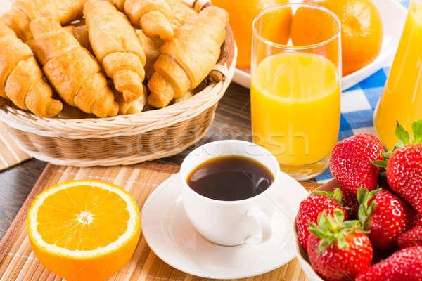 Pequeno-almoço continental suco de laranja croissants morangos natureza morta café Foto stock © adam121
