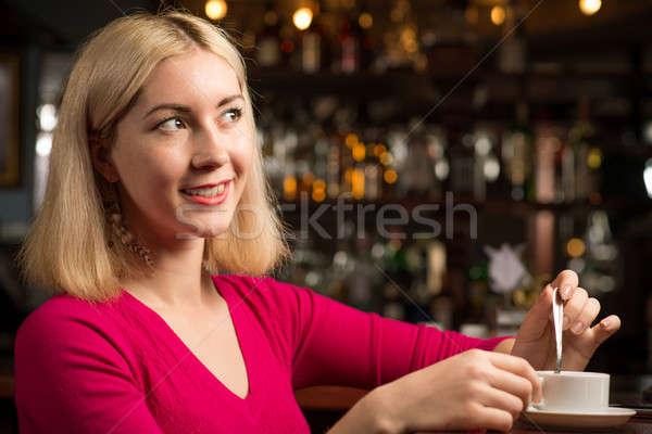 Kobieta kubek kawy kawiarnia działalności moda Zdjęcia stock © adam121