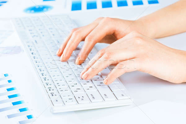 Nő női kezek gépel billentyűzet szöveg Stock fotó © adam121