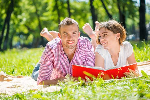 Datum park jonge romantische paar lezing Stockfoto © adam121